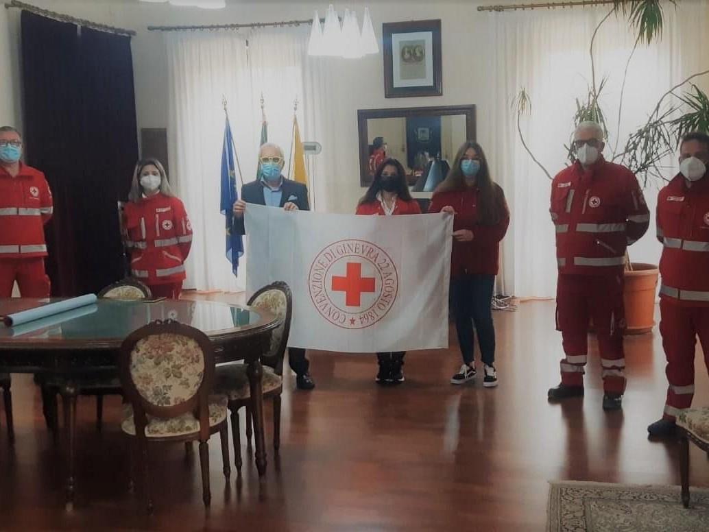 Immagine articolo: Il Comune di Castelvetrano celebra la Croce rossa italiana verso la giornata mondiale dell'8 maggio: bandiera e palazzo comunale