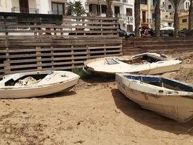 """Immagine articolo: Il lettore scrive: """"Barche abbandonate in spiaggia a Selinunte. Chi paga lo smaltimento?"""""""