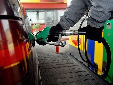 """Immagine articolo: Castelvetrano, benzinaio aiuta anziano a fare benzina con l'""""automatico"""". Multato"""