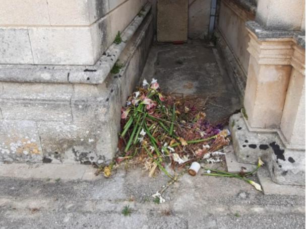 """Immagine articolo: Il lettore scrive: """"Rifiuti dentro il cimitero e cassonetti solo all'ingresso. Disagi per i cittadini"""""""