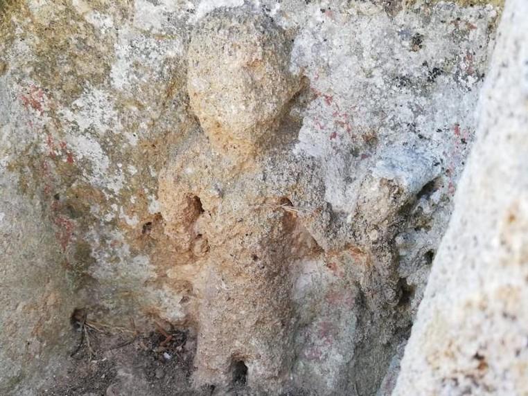 """Immagine articolo: La """"santina"""" scolpita su un muro e """"nascosta"""" all'interno del Parco Archeologico di Selinunte"""