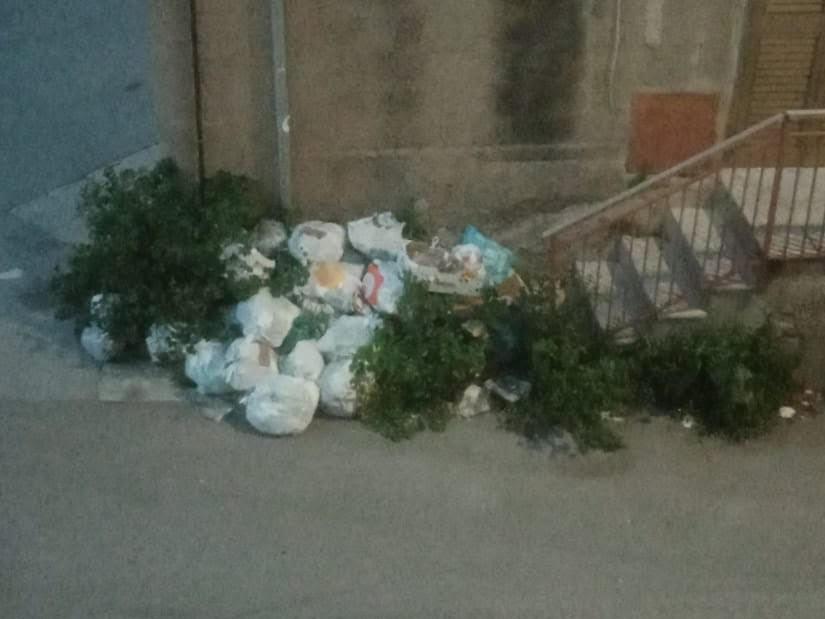 """Immagine articolo: Il lettore scrive: """"In via A. Saffi cumuli di rifiuti e cattivi odori"""". Segnalazione di un residente"""