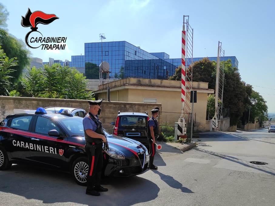 Immagine articolo: CVetrano, travolge e danneggia le sbarre del passaggio a livello. Traffico ferroviario in tilt: Denunciato dai Carabinieri