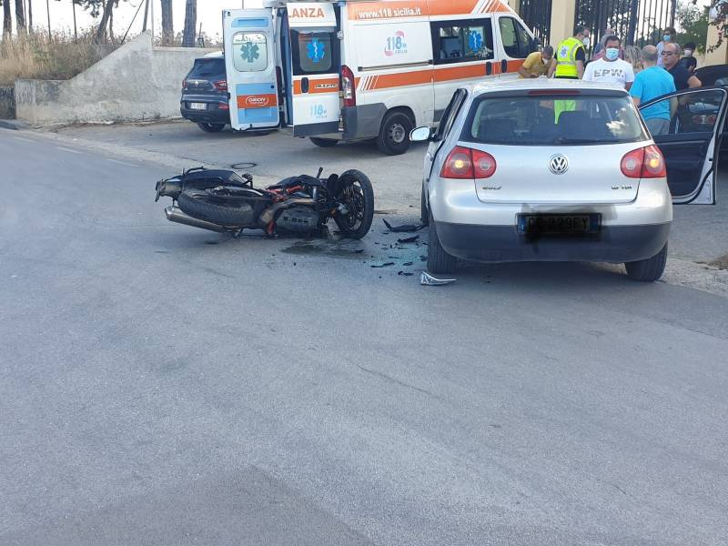 Immagine articolo: Cvetrano, scontro tra auto e moto. Due persone trasportate in Ospedale