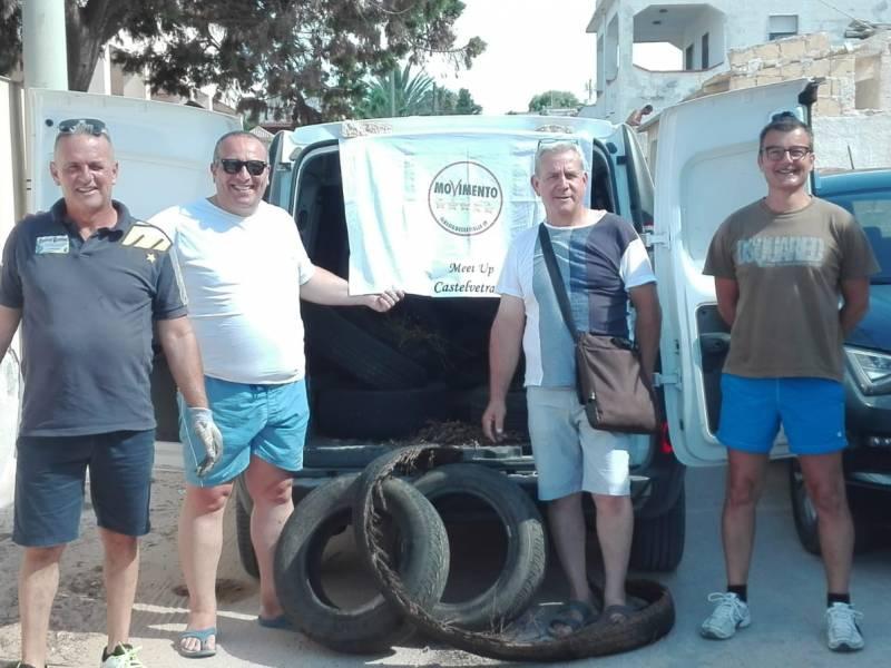 """Immagine articolo: Triscina, volontari 5 Stelle e titolare ditta privata insieme per """"liberare"""" la frazione dai pneumatici abbandonati"""